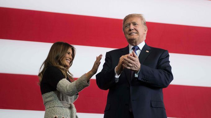 Scène n°1: Donald Trump arrive en costume-cravate.
