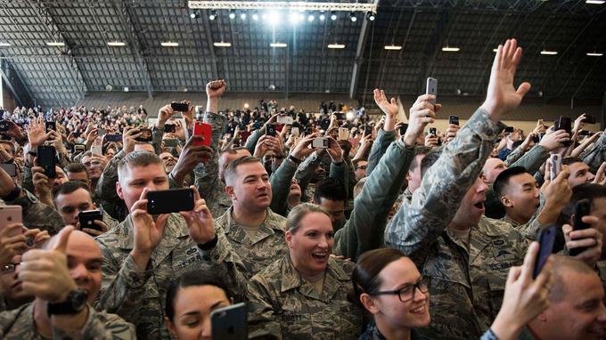 Les soldats américains immortalisent le moment.