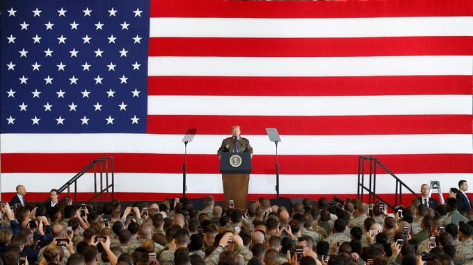 Scène n°6: Donald Trump a ensuite pris la parole, derrière le drapeau américain.