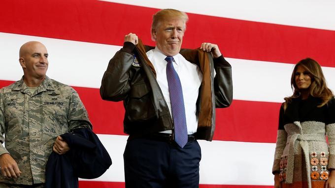 Scène n°3: Donald Trump enfile son costume de Comander in Chief.
