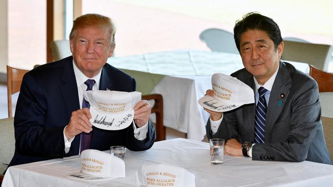 «Donald et Shinzo rendront l'alliance encore plus forte», peut-on lire sur la casquette de golf que les deux dirigeants ont signée.