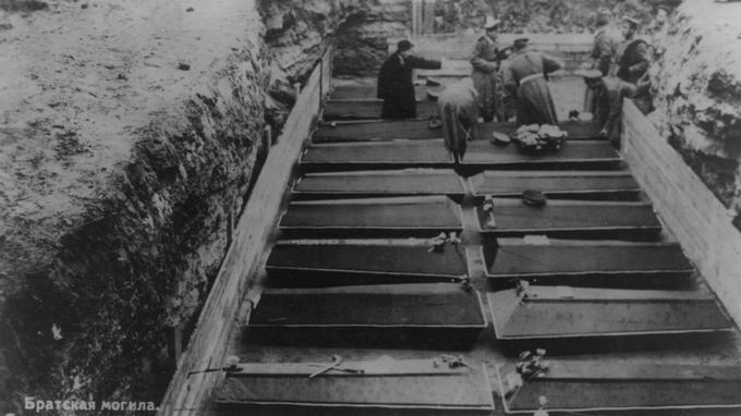 Enterrement de victimes de la révolution russe à Petrograd.