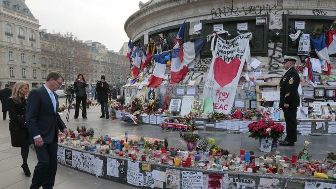 La place de la République et le monument qui s'y trouve étaient devenus un mémorial des attentats. Jusqu'à recevoir des visites officielles, comme ici, celle du secrétaire d'État américain Ahton Carter, le 20 janvier 2016.