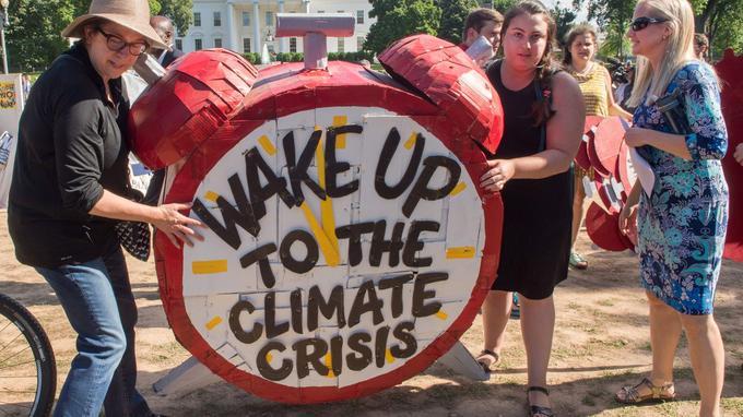 Des manifestent arborent une bannière «Réveillez-vous face à la crise climatique» à Washington, aux États-Unis, le 1er juin dernier.