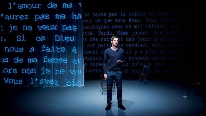 Le vidéaste Olivier Bémer projette la lettre d'Antoine Leiris que dit avec une incroyable force et tout en pudeur Raphaël Personnaz.