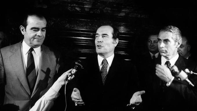 Georges Marchais (PCF), François Mitterrand (PS) et Robert Fabre (MRG) lors de la signature en 1972 d'un projet de gouvernement.
