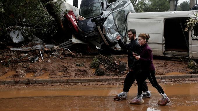 De nombreux véhicules ont été détruits.