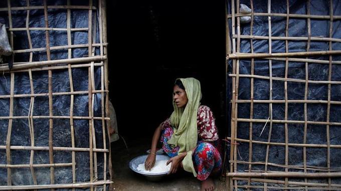 Une Rohingya prépare à manger dans un camp insalubre où s'entasseraient 900.000 réfugiés.