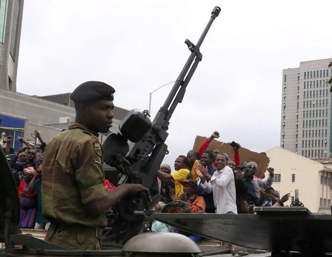 Le président zimbabwéen Robert Mugabe s'est entretenu dimanche avec l'armée. Ici, un soldat de l'armée lors de la journée de mobilisation anti-Mugabe, qui s'est déroulée samedi à Harare.