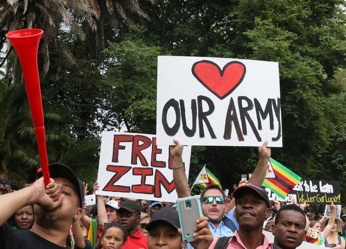Un manifestant brandit une pancarte «Our Army» en soutien à l'armée du Zimbabwe, lors de la journée de mobilisation pour obtenir la démission du président Mugabe, samedi 18 novembre à Harare.