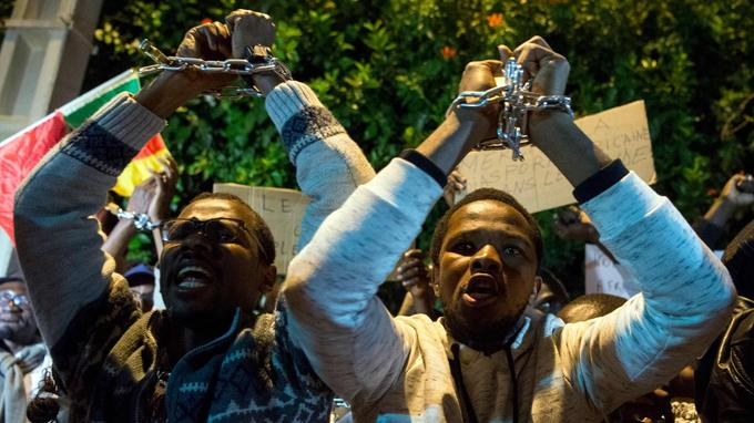 Des manifestants se sont rassemblés devant l'ambassade du Liban au Maroc, jeudi 23 novembre, pour protester contre l'esclavage de migrants.