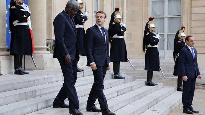 Emmanuel Macron et le président de la Guinée et de l'Union africaine, Alpha Condé, après leur rencontre à l'Élysée, mercredi.