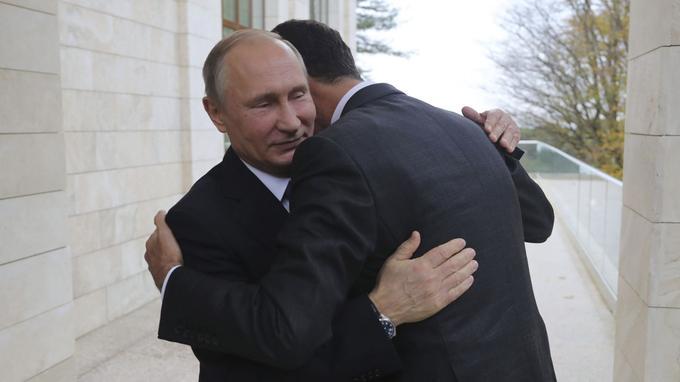 Selon les images retransmises à la télévision, le maître du Kremlin a «félicité» le président syrien pour ses résultats dans la lutte contre le terrorisme.