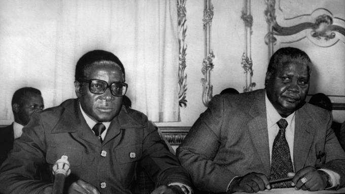 En 1979, Robert Mugabe, leader de la ZANU, à gauche, avec Joshua Nkomo, leader de la ZAPU, à droite, à la conférence de Lancaster à Londres qui va permettre l'indépendance du Zimbabwe.