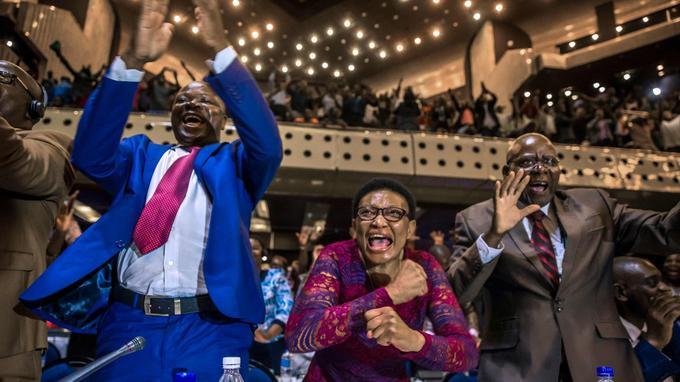 LLes membres du Parlement du Zimbabwe ont explosé de joie.