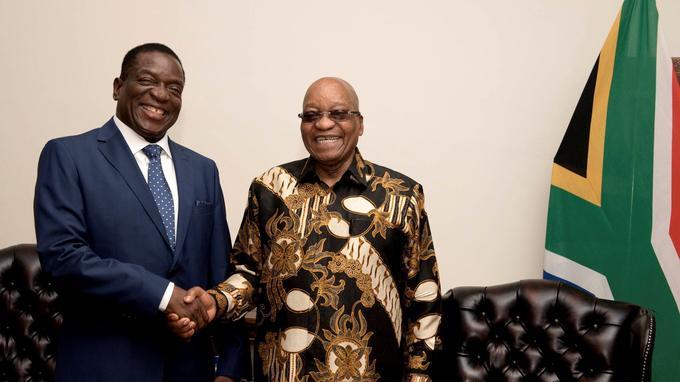 Le 22 novembre, le président sud-africain, Jacob Zuma (à droite), serre la main du «crocodile», alors en exil après son limogeage par Robert Mugabe.