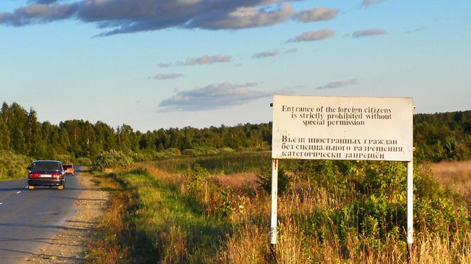 «L'accès est strictement interdit aux citoyens étrangers sans autorisation spéciale», indique ce panneau situé à l'entrée de la zone administrative fermée de la ville d'Ozersk, en août 2007.