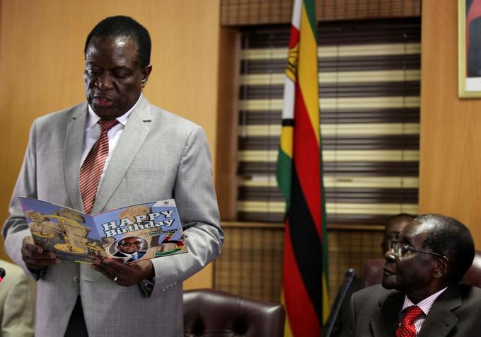 L'ancien président Robert Mugabe (à droite) aux côtés de celui qui était alors son vice-président, le 21 février 2017.