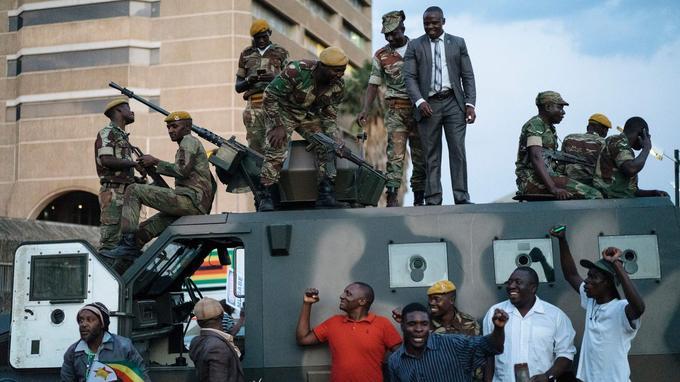Les Zimbabwéens célèbrent avec l'armée la démission du président Robert Mugabe, le 21 novembre à Harare.