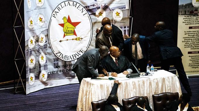 Le porte-parole du Parlement Jacob Mudenda reçoit le document dans lequel le président Mugabe annonce sa démission, le 21 novembre 2017.