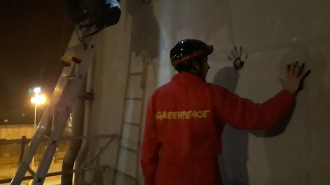 Des militants ont laissé leurs empreintes sur les murs de la centrale.