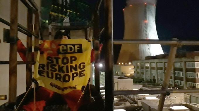 Ils reprochent à EDF de mettre en danger l'Europe à cause d'un manque de sécurité dans les centrales.