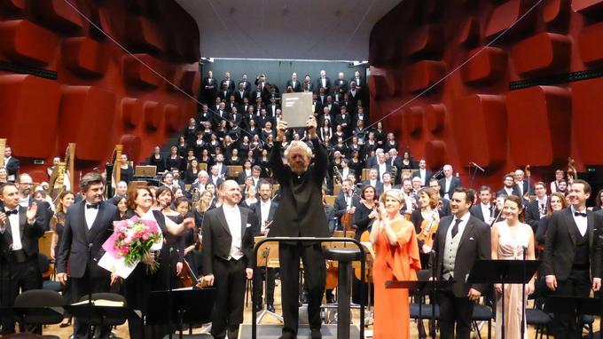 John Nelson brandissant la partition de Berlioz à l'issue de la représentation du 15 avril à Strasbourg.
