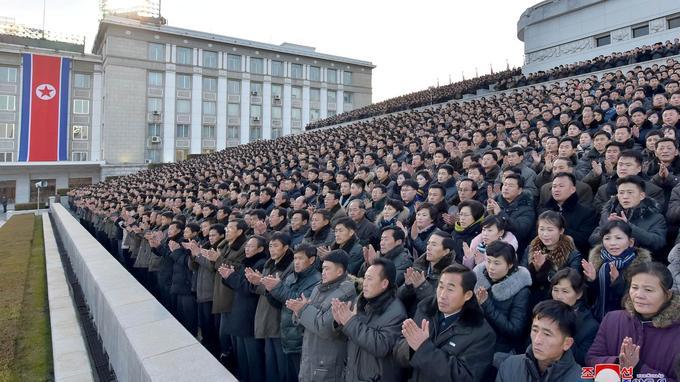Il y avait également des civils, venus célébrer la puissance nucléaire de la Corée du Nord.