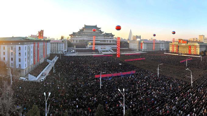 La place nommée en hommage au fondateur du régime communiste était noire de monde.