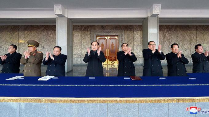 Si Kim Jong-Un n'était pas présent, des cadres stratégiques du régime l'étaient, au premier rang.