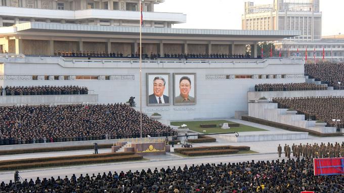 Un portrait de Kim Jong-Un, à côté du fondateur et premier dirigeant de la Corée du Nord, Kim Il-Song.