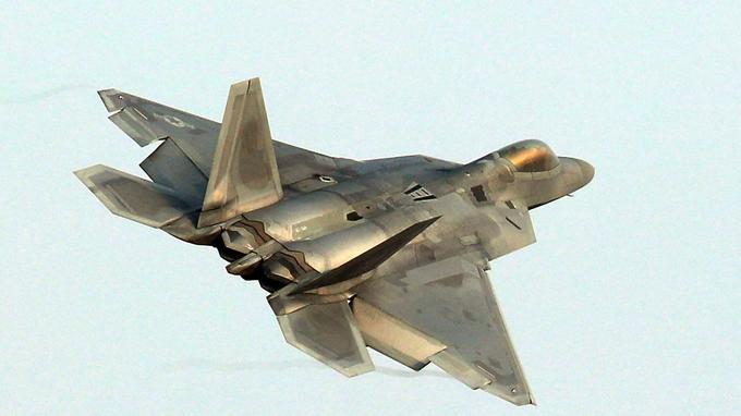 Un avion chasseur furtif F-22 Raptor survole la base aérienne sud-coréenne à Gwangju le 4 décembre 2017.