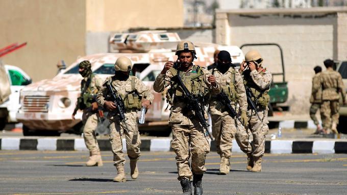 Les rebelles Houthis se déploient dans Sanaa, le 30 novembre.
