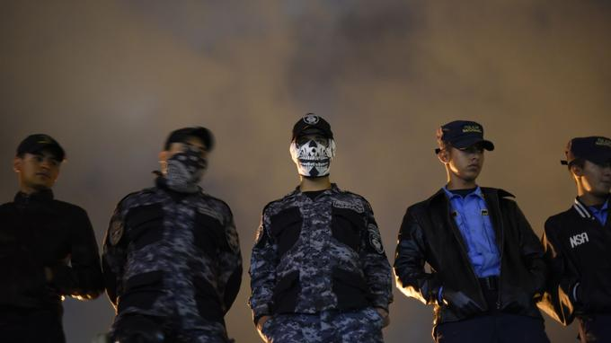 Plusieurs policier anti-émeute refusant de participer à la répression des manifestations.