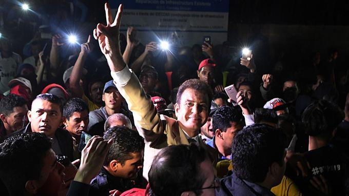 Salvador Nasralla dans les rues de la capitale, Tegucigalpa, dimanche soir.