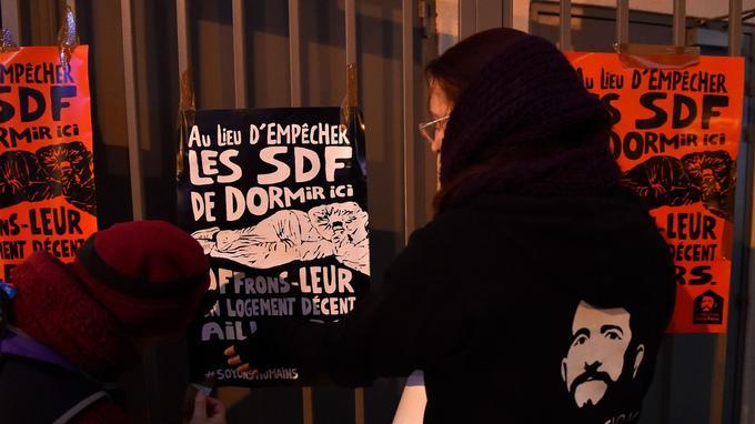 Des bénévoles de la Fondation en train de coller des affiches ce mercredi à Metz.