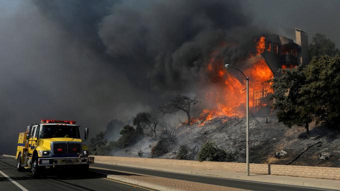 Le feu ravage une maison dans le comté du Ventura, en Californie le 5 décembre 2017.