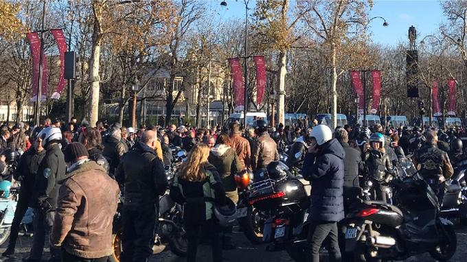 Plusieurs centaines de motards, à l'arrêt, écoutent «Allumez le feu».