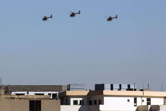 Plusieurs hélicoptères survolent Bagdad samedi 9 décembre 2017, pour célébrer la victoire de l'Irak contre l'EI annoncée par le premier ministre un peu plus tôt dans la journée.