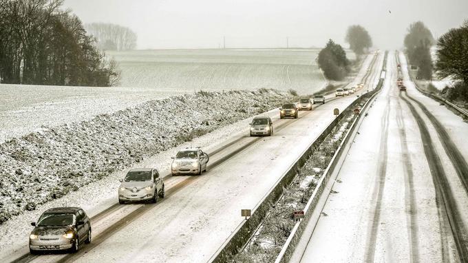 Des voitures circulent doucement sur l'autoroute A25 à hauteur de Godewaersvelde dans le Nord, le 10 décembre 2017.