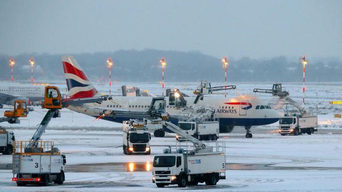 Un avion de la British Airways est dégivré à Düsseldorf en Allemagne le 10 décembre.