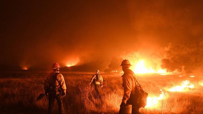 8.500 pompiers combattent les flammes.