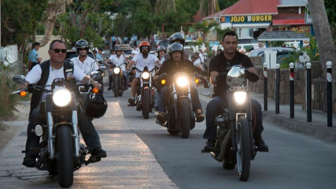 Une quarantaine de bikers suivent aussi, à grand renfort de pétarades.