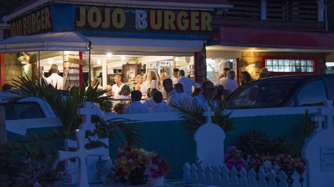 Après la cérémonie, tout le monde s'est retrouvé au bar adjacent au cimetière: le Jojo Burger
