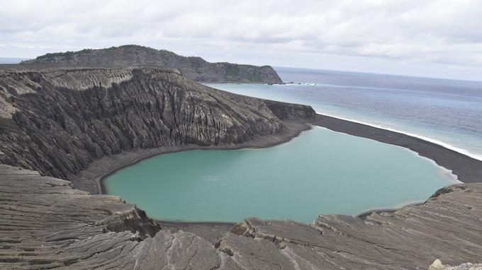 Un lac s'est formé dans le cratère de la nouvelle île, accélérant l'érosion des falaises.