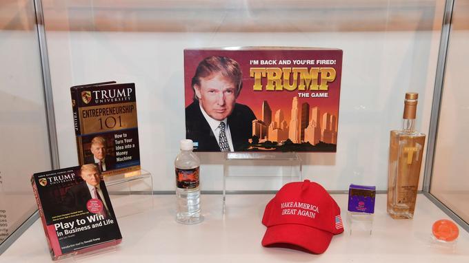 Une vitrine spéciale avec des produits dérivés du président américain Donald Trump.