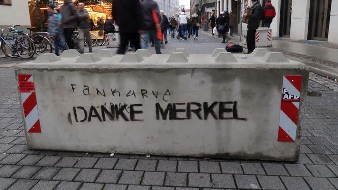 Sur les blocs de bétons disposés à l'entrée du marché de Noël a été tagué le message ironique «Merci Merkel».