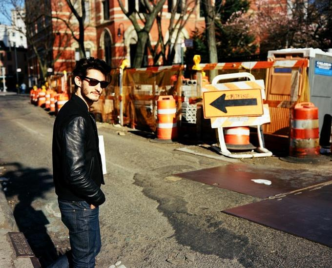 Pierre Niney dans les rues de West Village à New York.