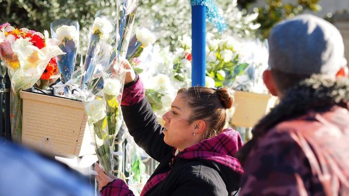 Beaucoup de riverains ont accroché des fleurs sur les grilles de la mairie de Saint-Feliu-D'Avall. Photo prise ce dimanche 17 décembre .