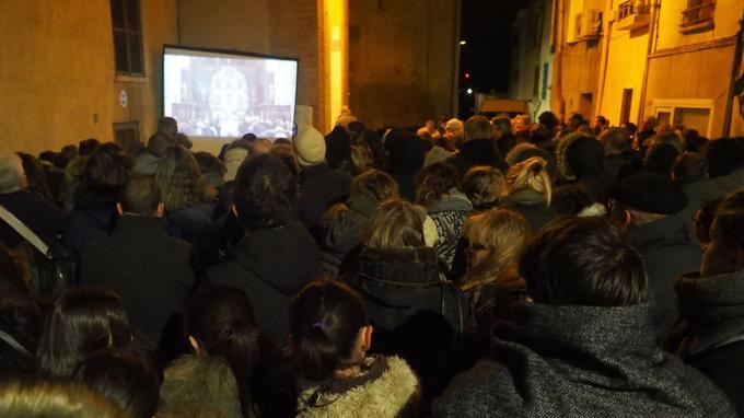 Plus d'une centaine de personnes ont pu suivre la cérémonie sur l'écran installé devant l'édifice.